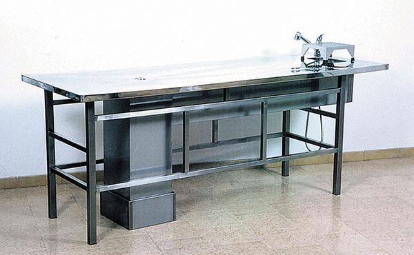 Tavolo autoptico con rubinetteria